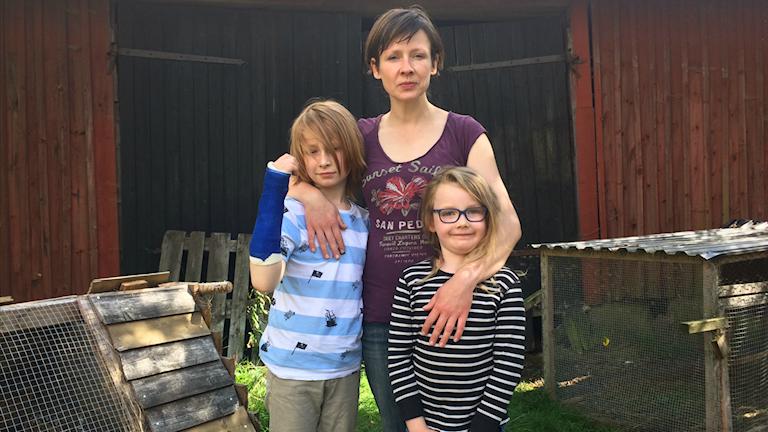Tina Melkersson med sina två barn Johannes och Agnes Melkersson.