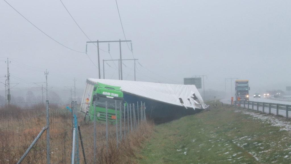 Lastbilen gled ner i diket på E6:an.