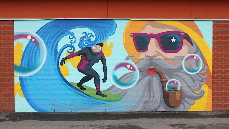 Lisa-Stina Pettersson nya muralmålning på Buaskolans fasad