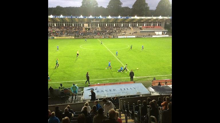Fotbollspelarna springer på fotbolsplanen