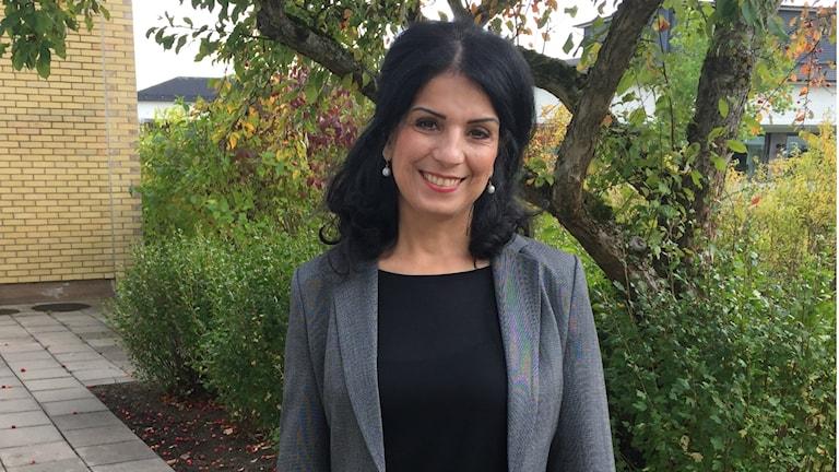 Författaren och föreläsaren Soheila Fors har själv levt i förtyck och ägnar nu all sin kraft åt att hjälpa utsatta kvinnor och flickor. Foto: Therése Alhult/Sveriges Radio.