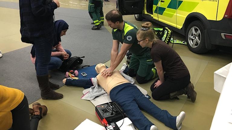 Ambulanspersonal på MOA-mässan visar hjärt- och lungräddning.