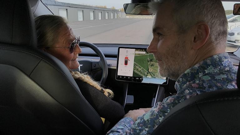 Marie-Louise Sönnerheim och körskolelärare Lennart Svensson sitter i en bil som står still.