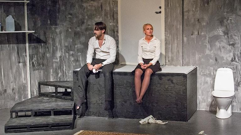 Andreas Barås och Victoria Forsberg på scenen i KUSTs nya föreställning. Foto: Linnéa Runhage