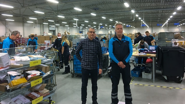 Lars-Åke Dahlberg och Ulf Nerborg står inne på Postnords lokaler i Halmstad.