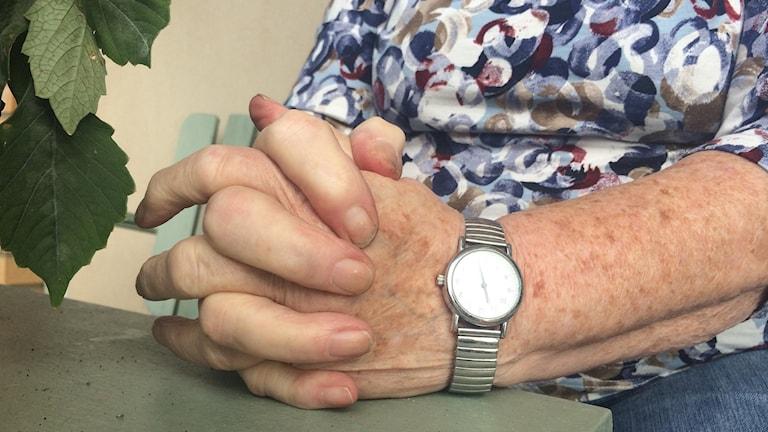 Bild på en äldre kvinnas händer.