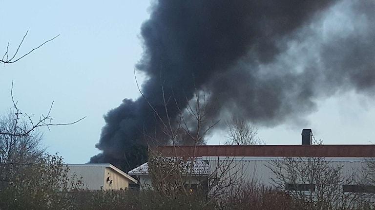 Rök från verkstaden som brinner i Träslöv.