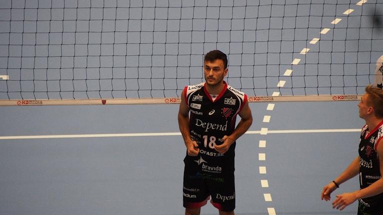 Dardan Lustaku i Hylte/Halmstad redo att ta emot en boll. Foto: Patric Ljunggren/Sveriges Radio