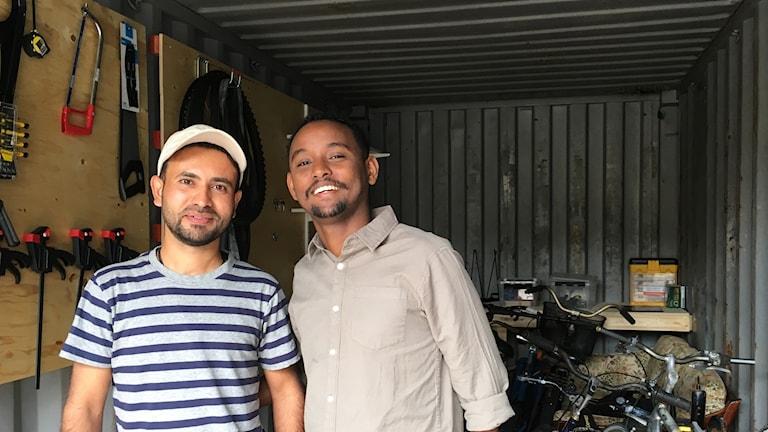 Hussein Mehedi och Mauwi Hussein som jobbar i cykelcontainern.