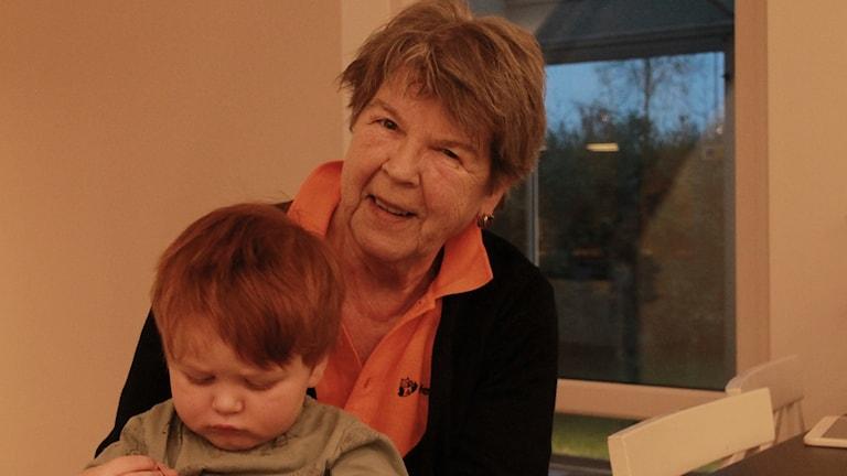 Anki Rosenqvist har flera arbetsuppgifter. Under torsdagskvällen var hon barnvakt åt 2-årige Theodor.