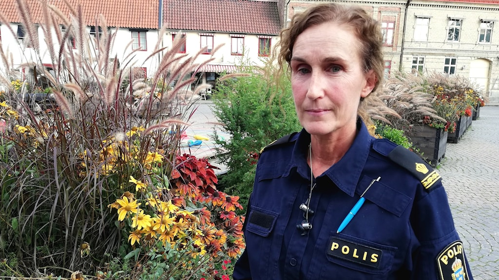 Kvinna i polisuniform.