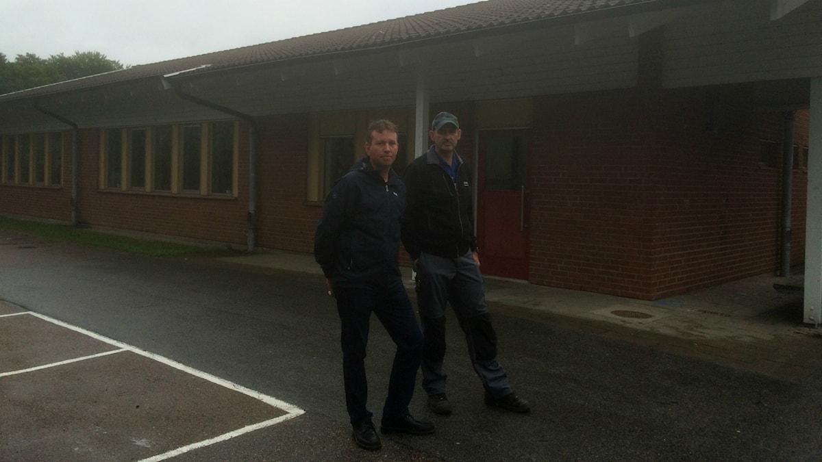 Mattias Bengtsson och Håkan Axelsson från Getingeskolans Föräldraförening kritiserar Halmstad kommun för att ha misskött underhållet av skolan.