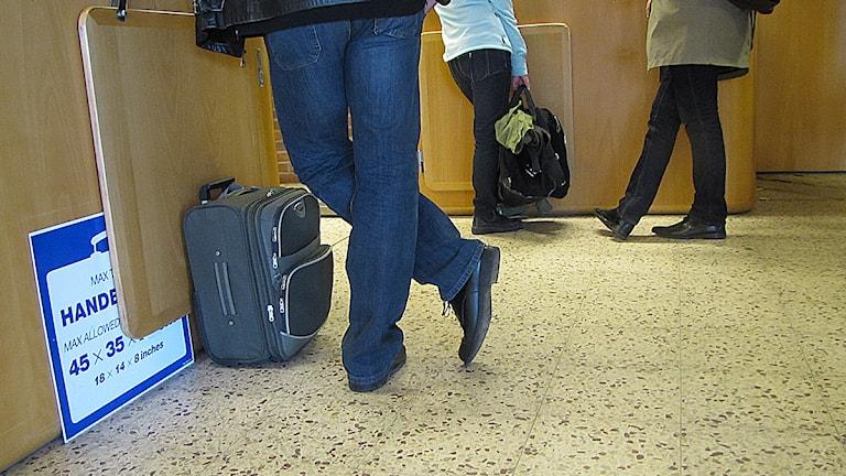 Resenär väntar med handbagage på Halmstads flygplats. Foto: Elenor Nordström/SR Halland