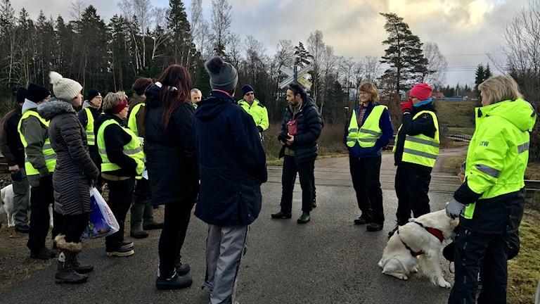 Många hjälpte till att leta efter den bortsprungna hunden.