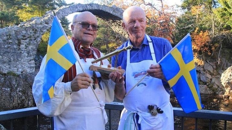 Per Carlsson, till höger, tillsammans med Calle Myrsell efter segern i gröt-VM.