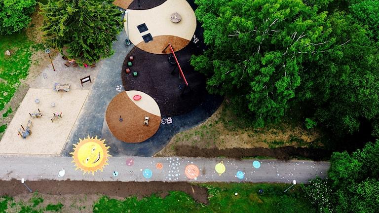 I Oskarström har konstnären Minna Svensson gjort ett verk i anslutning till byggnationen av Fysiklekplatsen.