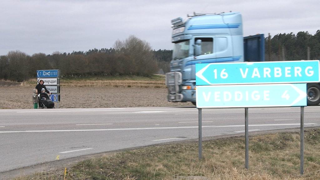 Det finns varken övergångställen eller fartkameror vid Deromekrysset och få fordon verkar bry sig om att tillåten maxhastighet på platsen är 60 km/h. Foto: Henrik Martinell