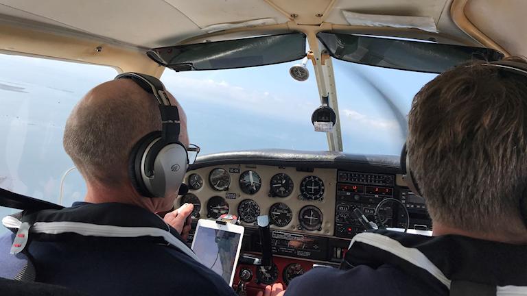 Två personer i ett mindre flygplan ute på brandflygrunda. Foto: Therese Wahlgren/Sveriges Radio.