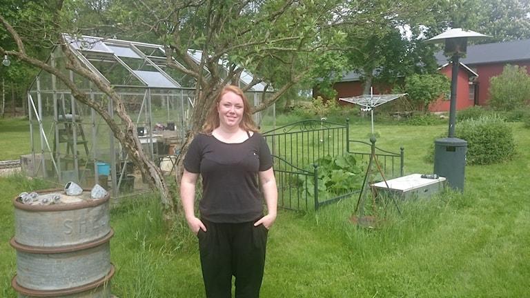 Sanna Högberg i sin trädgård, som går att låna.