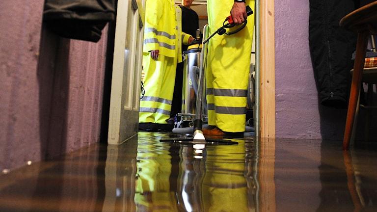 Sanering av en vattenfylld korridor. Foto: Mikael Fritzon/Scanpix