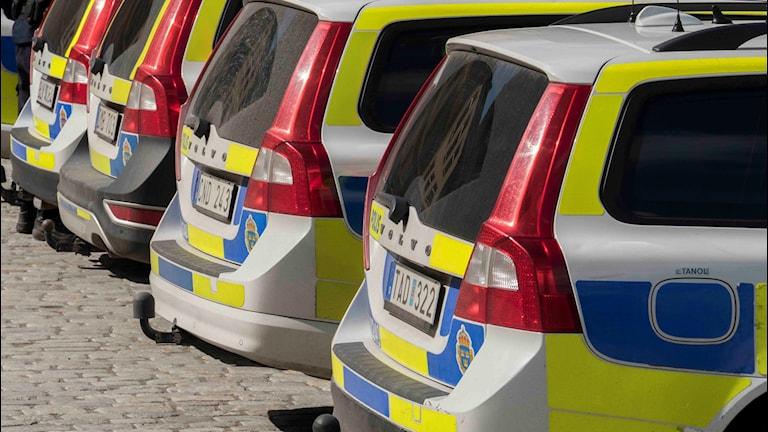 Fyra parkerade polisbilar