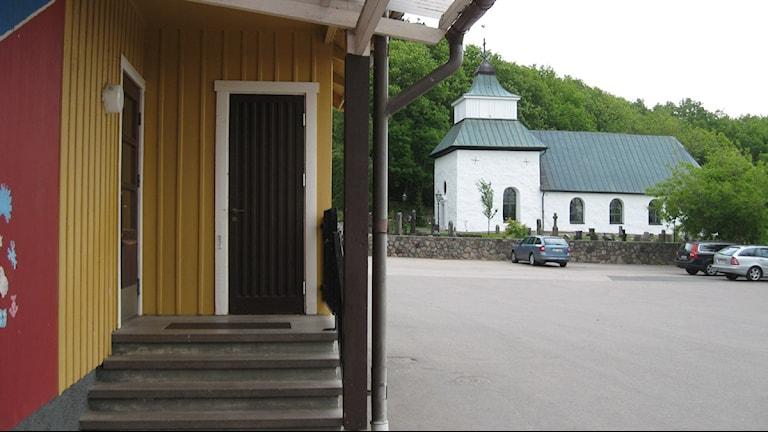 Trots att kyrkan ligger alldeles intill Steningeskolan blir det ingen avslutning där i år. Foto: Ann Jornéus/Sveriges Radio