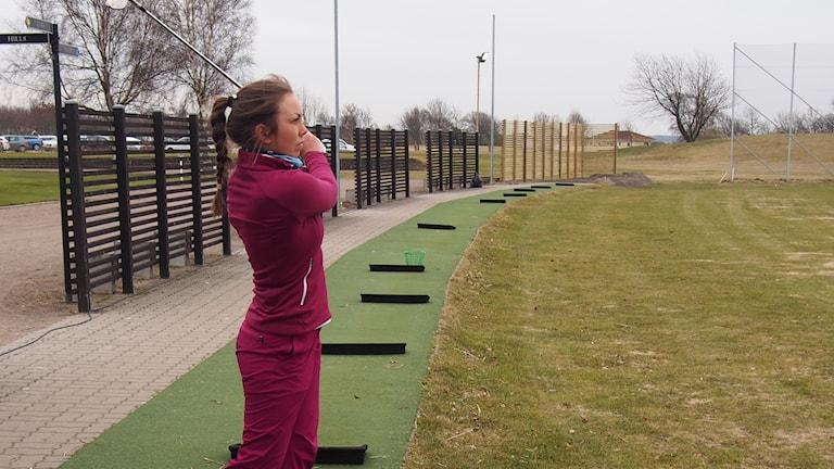 Golfaren Lynn Carlsson har precis slagit iväg en boll på drivingrangen på Ringenäs Golfklubb. Foto: Patric Ljunggren/ Sveriges Radio