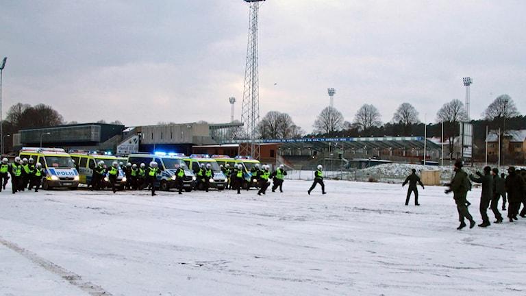 En av dagens stationsövningar ägde rum vid Örjans vall och gick ut på att poliserna skulle skingra en större folksamling till små grupperingar.