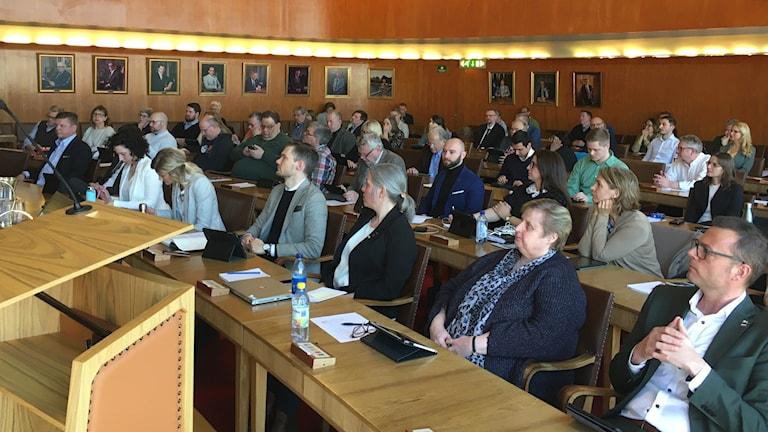 Bilden visar en fullmäktigeförsamling i Halmstad.