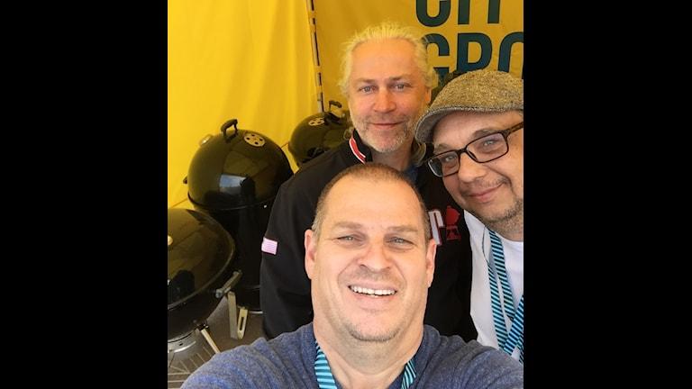Pontus Reinholdsson och Magnus Bodin från Kungsbacka på grill-sm i detta nu. Längst till höger syns en annan grillare vid namn Kim.
