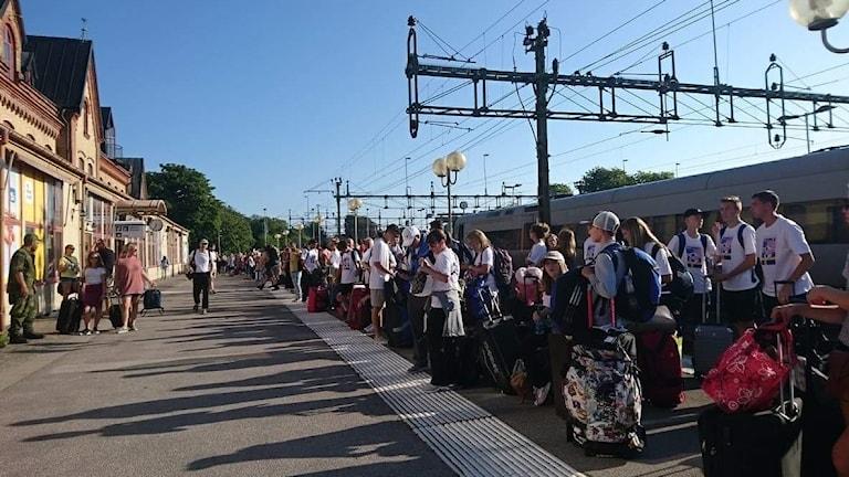 Folksamling som väntar på ersättningsbuss i Varberg