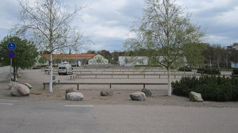 Här på parkeringen framför strandhotellet kan det bli hyresrätter. Åt andra hållet kan det bli hotell. Foto: Maja Jerosimic/Sveriges Radio.