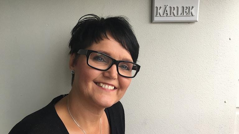 Glad kvinna med glasögon