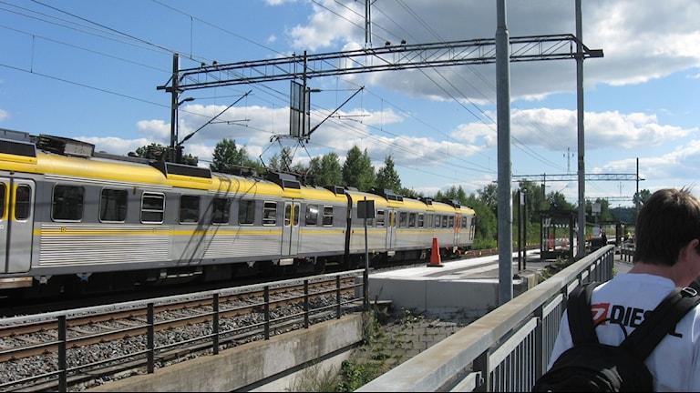 Pendeltåg passerar Annebergs station, Kungsbacka. Foto: Magnus Hagström/Sveriges Radio.