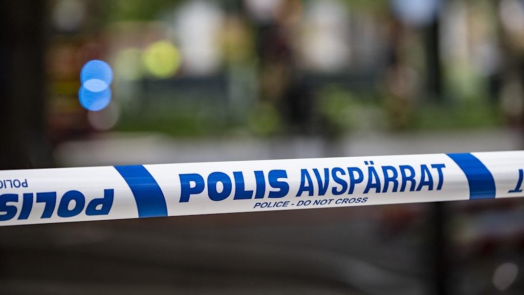 Närbild på polisens avspärrningsband.