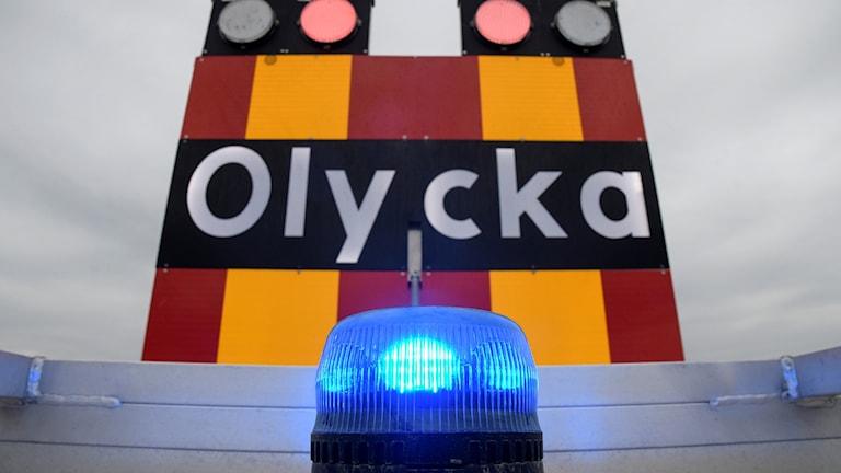 Blåljus och en skylt som varnar för olycka på ett av räddningstjänstens fordon. Foto: Johan Nilsson/TT
