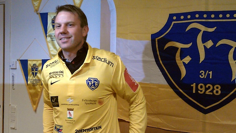 """""""Jag har aldrig haft på mig en gul tröja förut"""", sa Hasse Eklund när han tog på sig FFF-tröjan idag. Foto: Madelene Szabó / Sveriges Radio"""