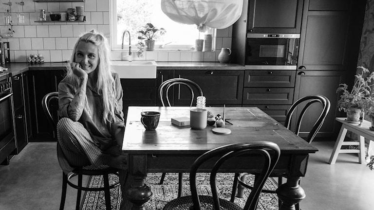 kvinna sitter vid ett bord