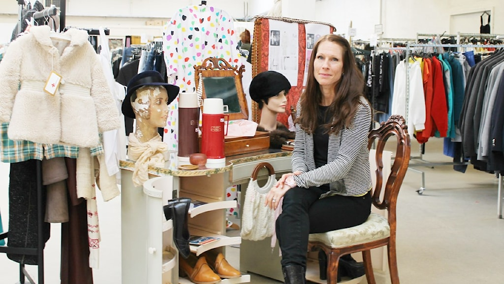 Malin Jolaeby sitter vid ett sminkbord med diverse saker som de säljer