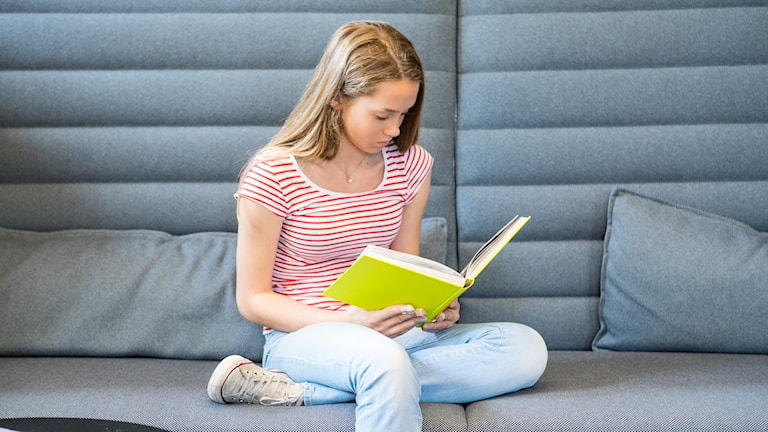 Ung flicka läser.