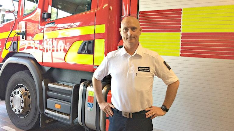 Brandmästaren Mattias Sjöström vid en brandbil på Halmstads räddningstjänst.