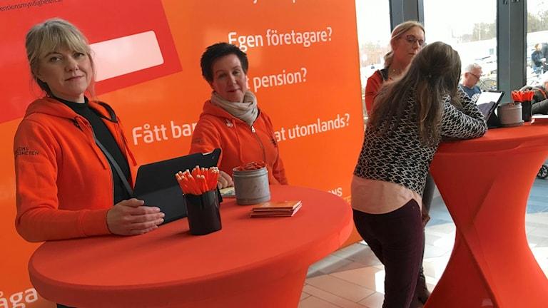 Pensionsmyndighetens informatörer Regina Dahlin, Agneta Claesson och Hava Husic på Hallarnas köpcentrum i Halmstad.
