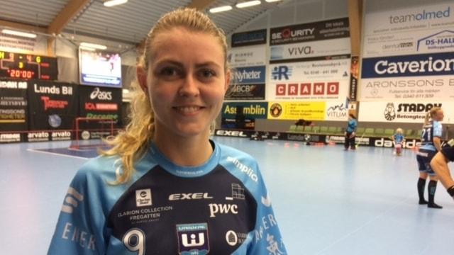 Jenny Dahl i Warbergs IC med en nästan tom innebandyplan bakom sig. Foto: Patric Ljunggren/ Sveriges Radio