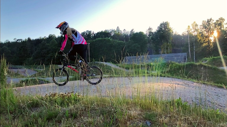 Helena Sund på sin BMX-cykel.