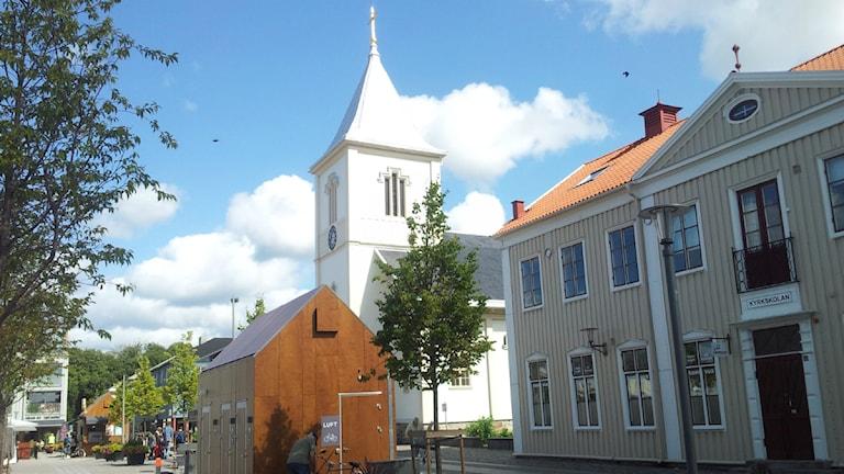 Kyrkan, den nya bruna offentliga toaletten och Kyrkskolan på Kungsbacka torg. Foto: Magnus Hagström/Sveriges Radio.