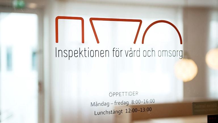 Skylt där det står: Inspektionen för vård och omsorg.