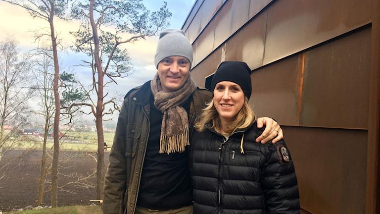Daniel och Therese Salomonsson står framför sitt hus.