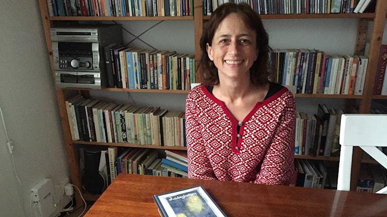 Åsa Jansson i Halmstad letade länge efter en barnbok där julens budskap tydligt framgår. Till slut började hon själv skriva. Foto: Therése Alhult/Sveriges Radio.