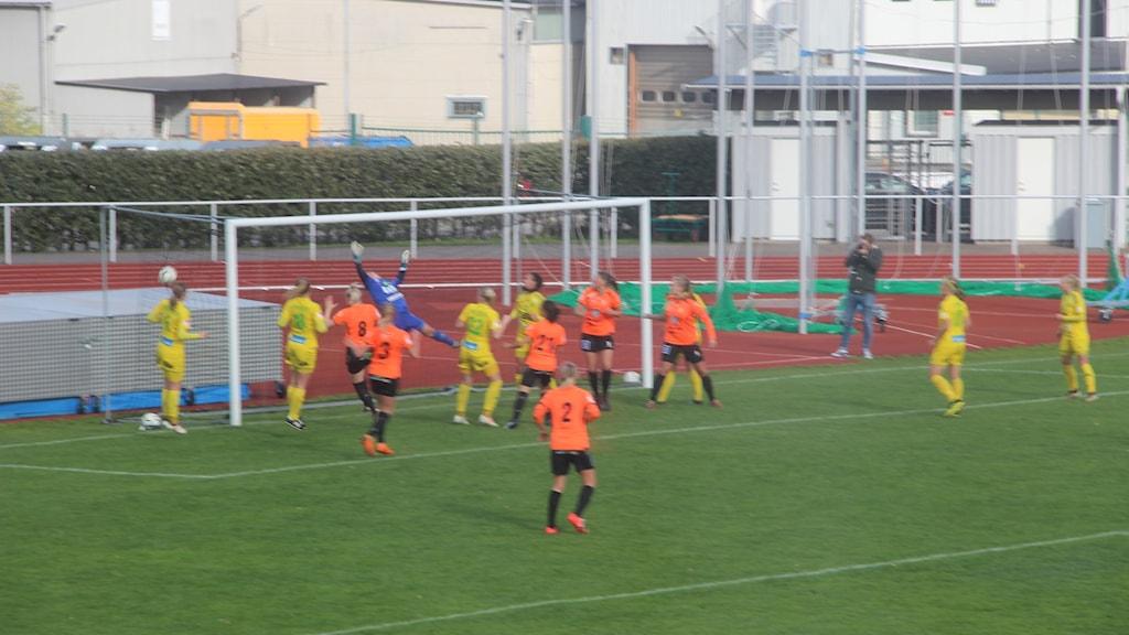 Ida Pettersson gör 1-0 för Kungsbacka på frispark.