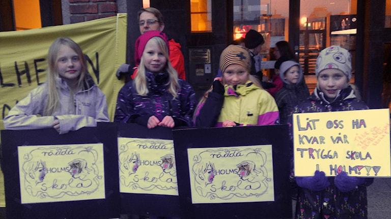 Barn från Holms skola har tidigare protesterat utanför rådhuset i Halmstad. Bilden är från 2014. Foto: Sveriges Radio